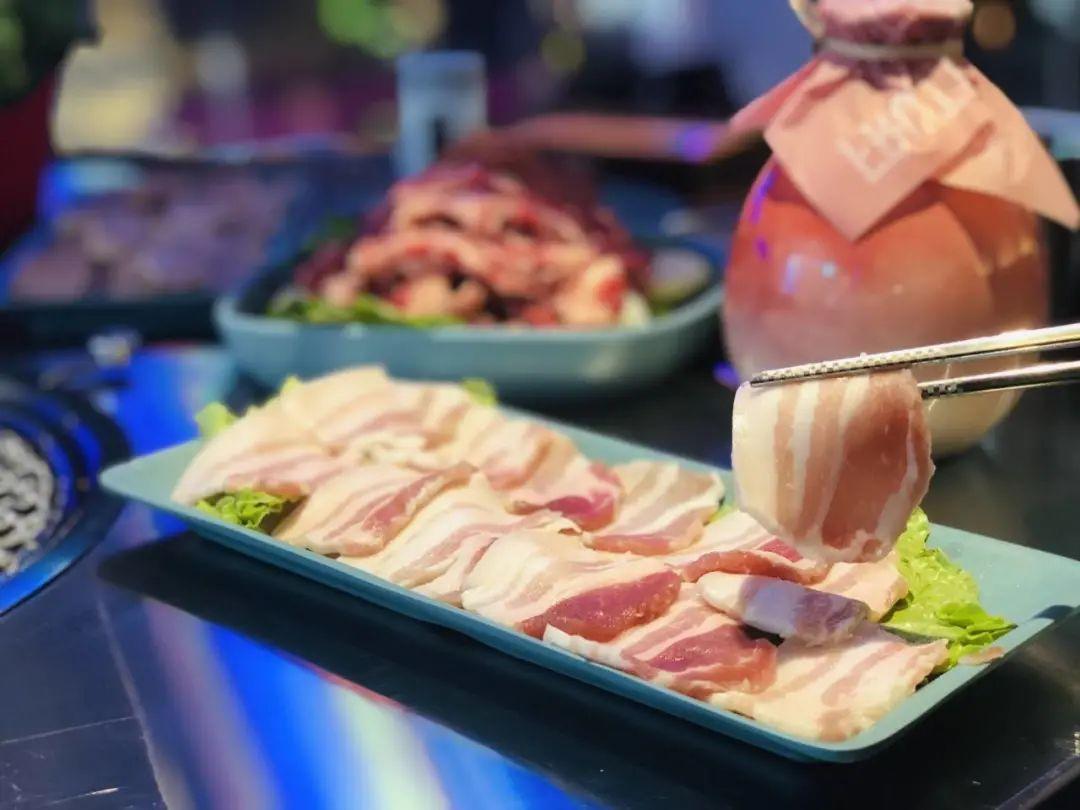 滨江宝龙城市广场【喜牛记炭烤鲜牛肉】不单单只有美味的烤肉,还是一家赛博朋克风的网红宝藏烤肉店!仅88元即可享超值特色烤肉三人餐,速来打卡吧!